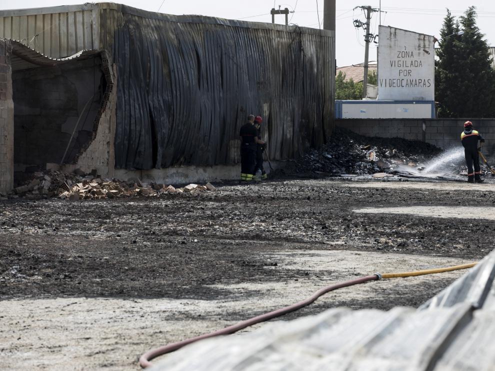 Los restos del incendio que ha afectado a la empresa de embalajes El Moncayo la mañana de este lunes