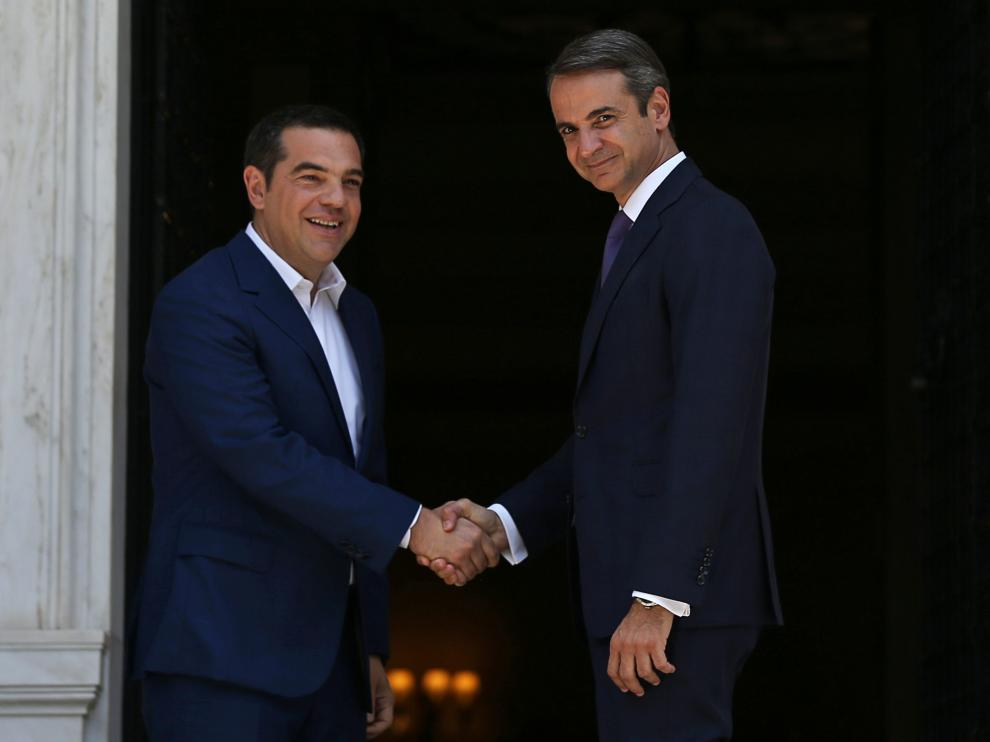 Newly-appointed Greek Prime Minister Kyriakos Mitsotakis shakes hands with outgoing Prime Minister Alexis Tsipras at the Maximos Mansion in Athens, Greece July 8, 2019. REUTERS/Costas Baltas [[[REUTERS VOCENTO]]] GREECE-ELECTION/PRESIDENT
