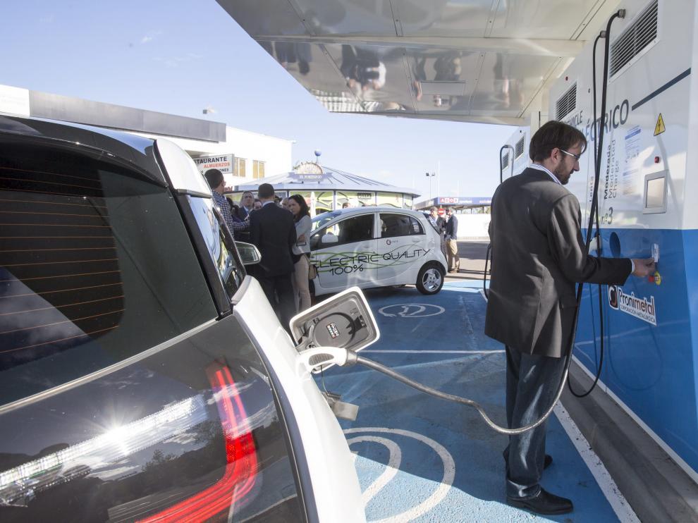 Recarga de un coche eléctrico en Zaragoza.