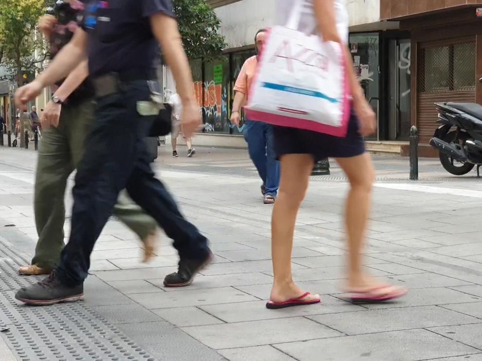 Varias personas atraviesan la calzada en Don Jaime fuera de los pasos de peatones.