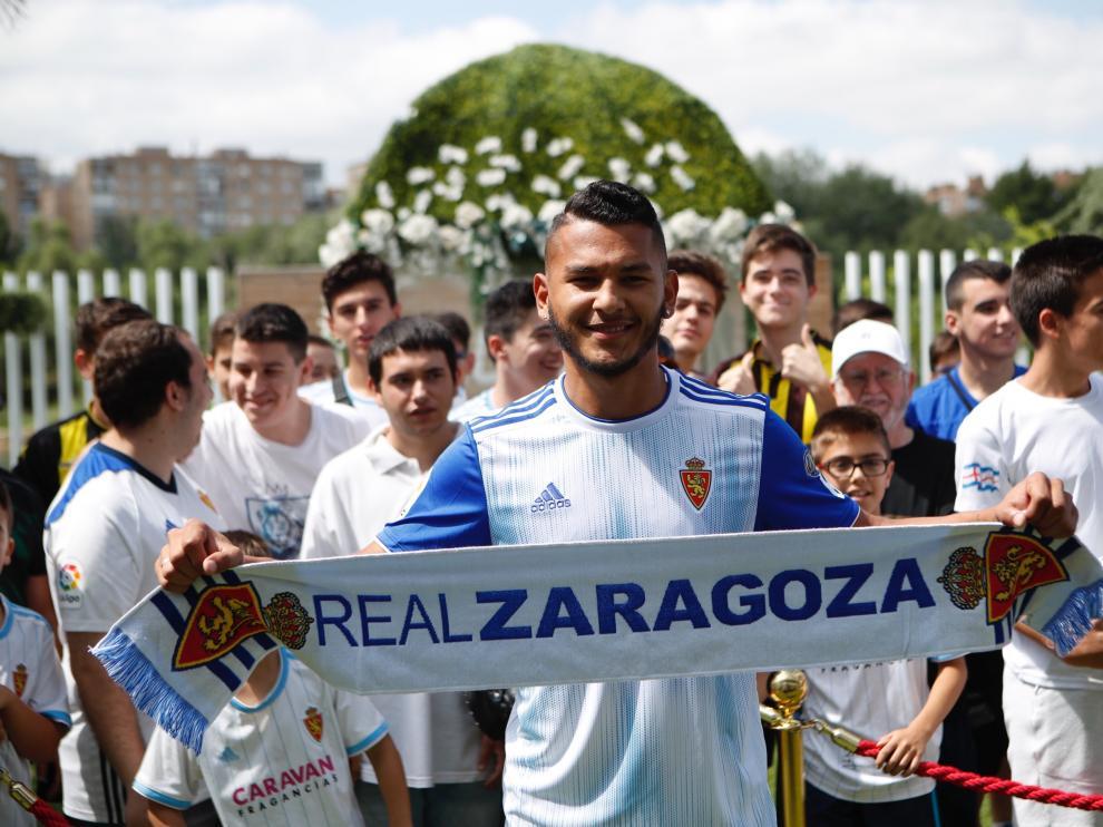Luis Suárez, en su presentación, junto a aficionados del Real Zaragoza