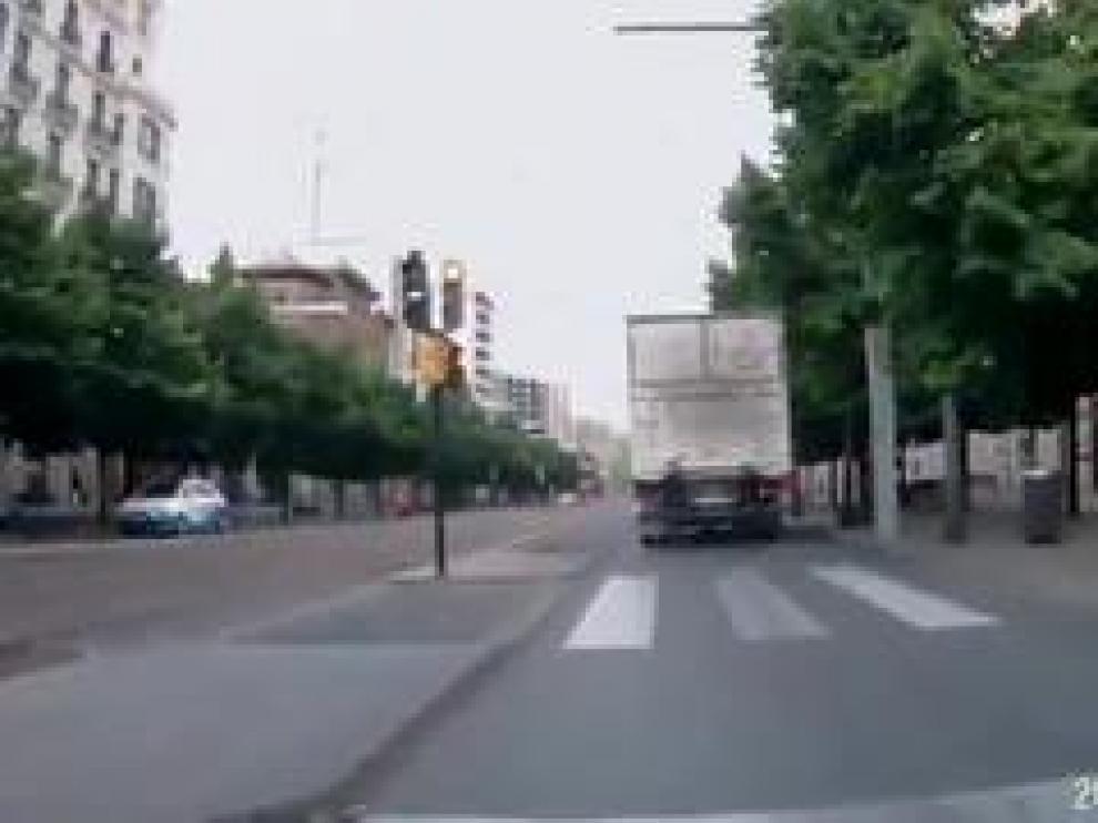"""Un vídeo compartido por Azuvemp muestra cómo el usuario del patinete circula correctamente con su vehículo a 25km/h por una vía pacificada, mientras que el camión lo adelanta """"rozando y a toda velocidad""""."""