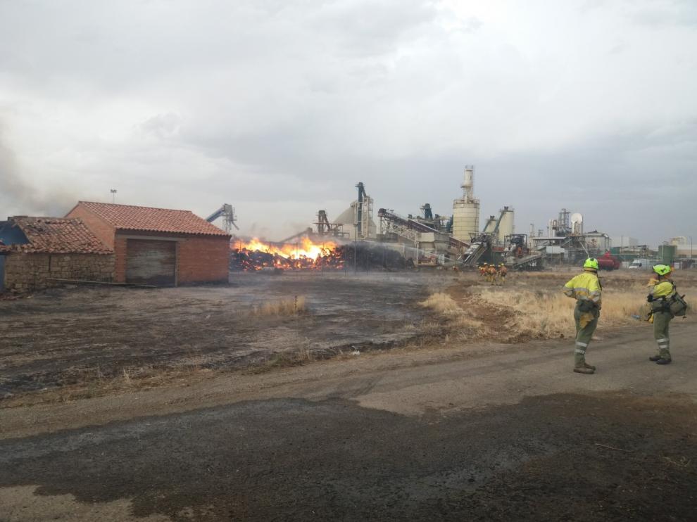 Labores de extinción del incendio registrado en Finsa Cella II.