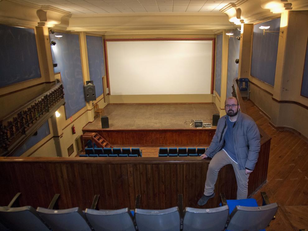 El alcalde de Cariñena, Sergio Ortiz, en el interior del cine Olimpia.