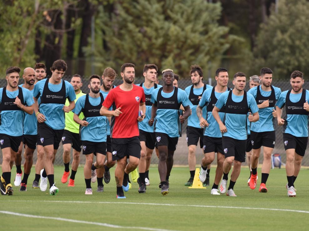 Los futbolistas de la SD Huesca, en la sesión matinal de este martes.