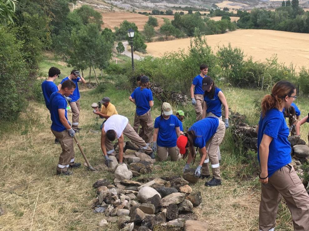 Los voluntarios realizan labores en la zona del parque infantil de AScara.