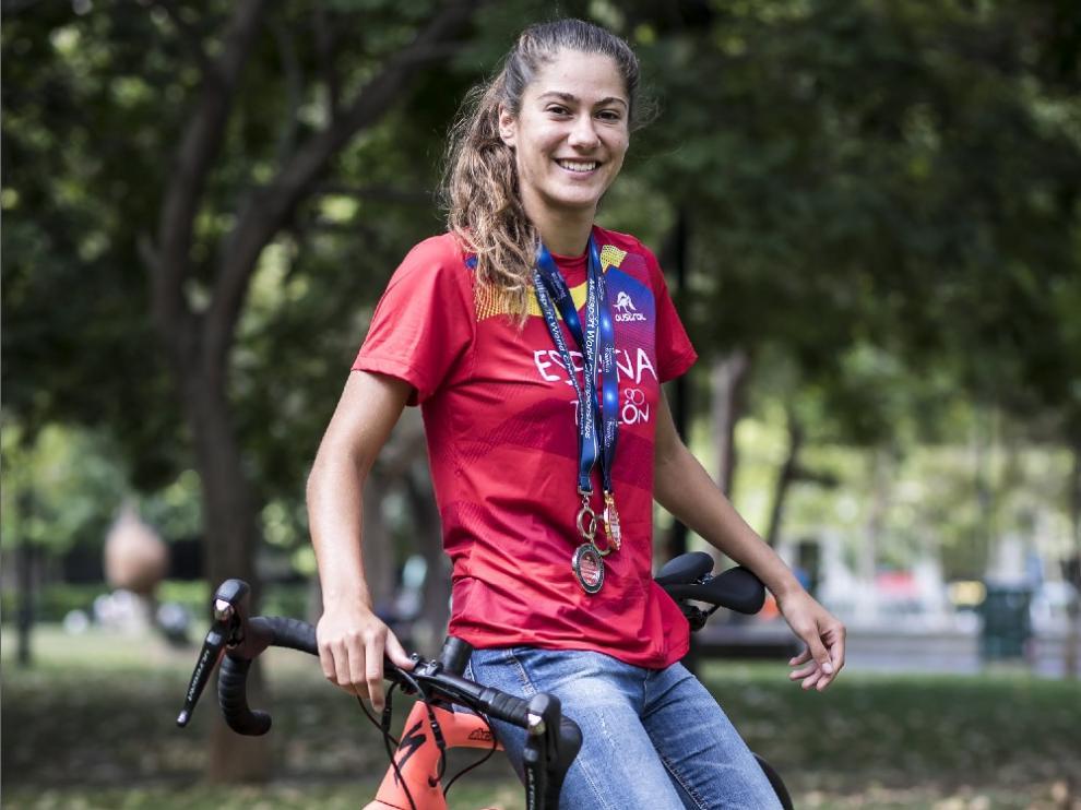 Marta Pintanell, con sus medallas y su bicicleta.