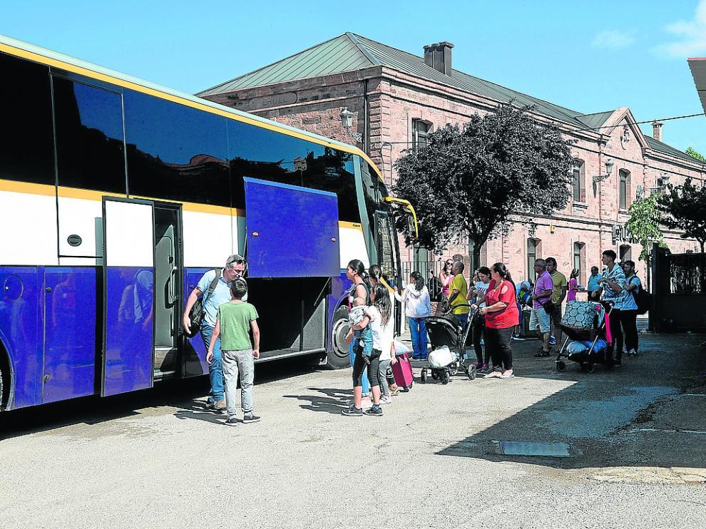 Viajeros en la estación de tren de Teruel subiendo ayer al autobús que les llevaría a Valencia.