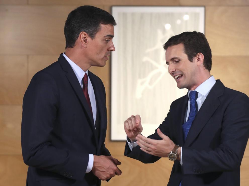 El presidente del Gobierno en funciones, Pedro Sánchez, conversa con el líder del PP, Pablo Casado.