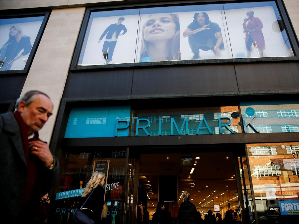FILE PHOTO: Shoppers walk past a Primark store on Oxford Street in London, Britain December 17, 2018. REUTERS/Simon Dawson/File Photo [[[REUTERS VOCENTO]]] AB FOODS-OUTLOOK/