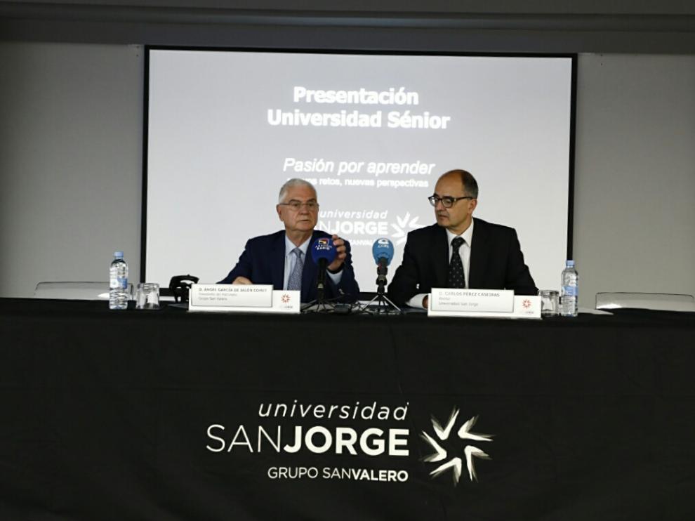Ángel Garcés de Jalón y Carlos Pérez Caseiras, este martes, en la rueda de prensa de presentación de la Universidad Sénior de la San Jorge.