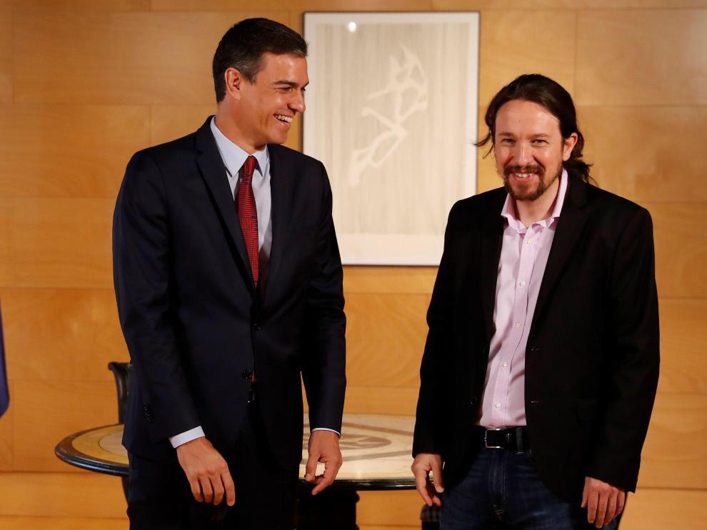Pedro Sánchez y Pablo Iglesias al inicio de su reunión este martes.