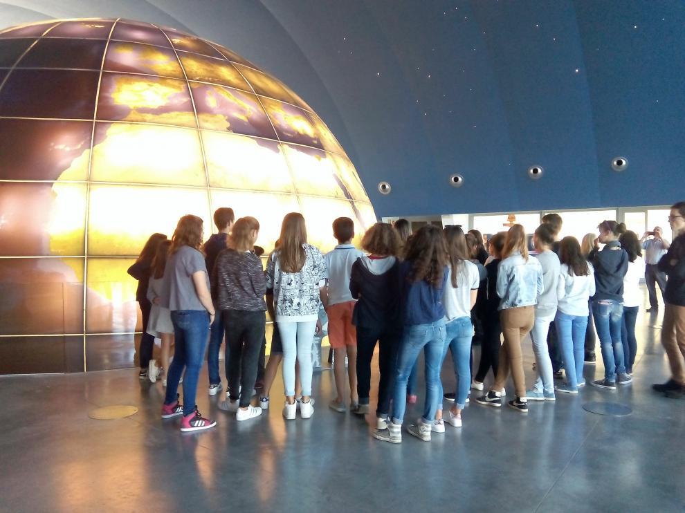 Visitantes en el vestíbulo del Planetario