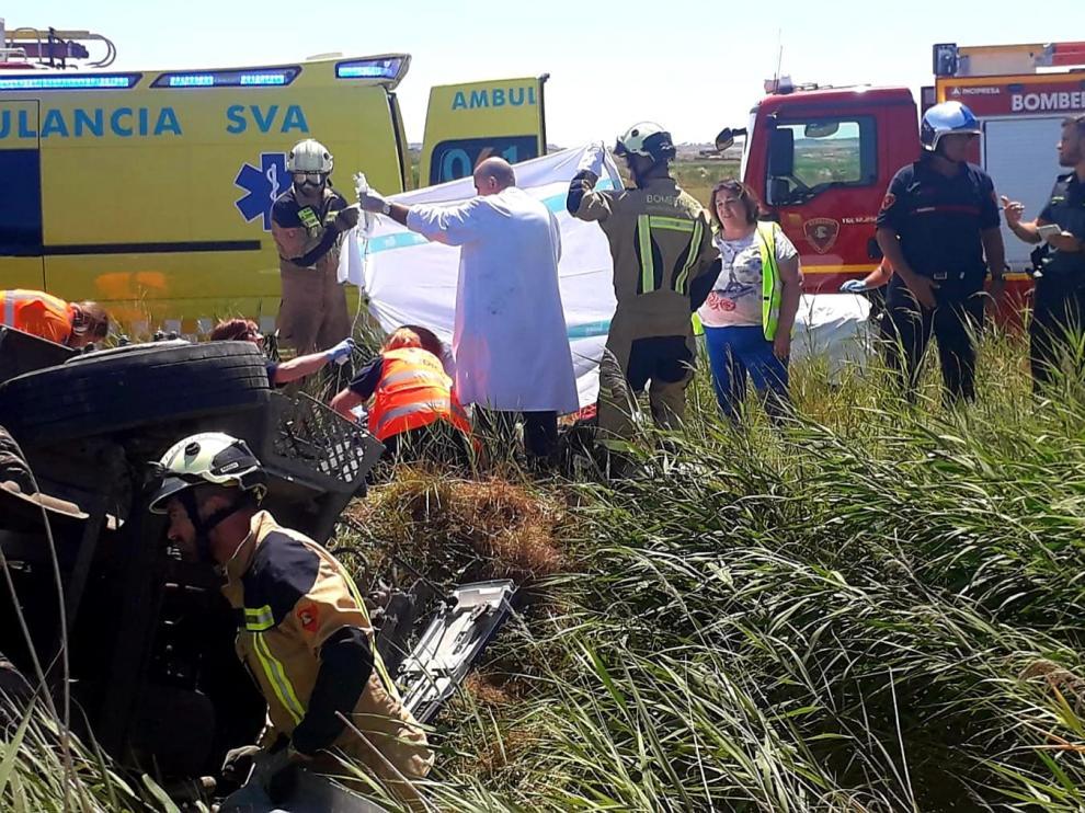 El camionero ha fallecido tras volcar con su camión.