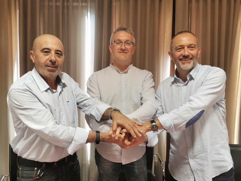 Carlos Reyes (+Jaca-Podemos-Equo), Juan Manuel Ramón (alcalde de Jaca, PSOE) y Javier Acín (CHA).