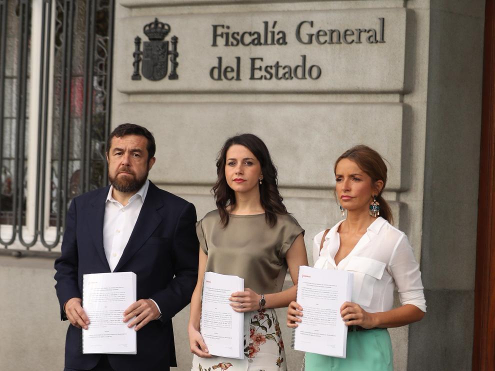 Inés Arrimadas, Patricia Reyes y Miguel Gutiérrez posan frente a la Fiscalía General del Estado tras presentar la denuncia contra el PSOE.