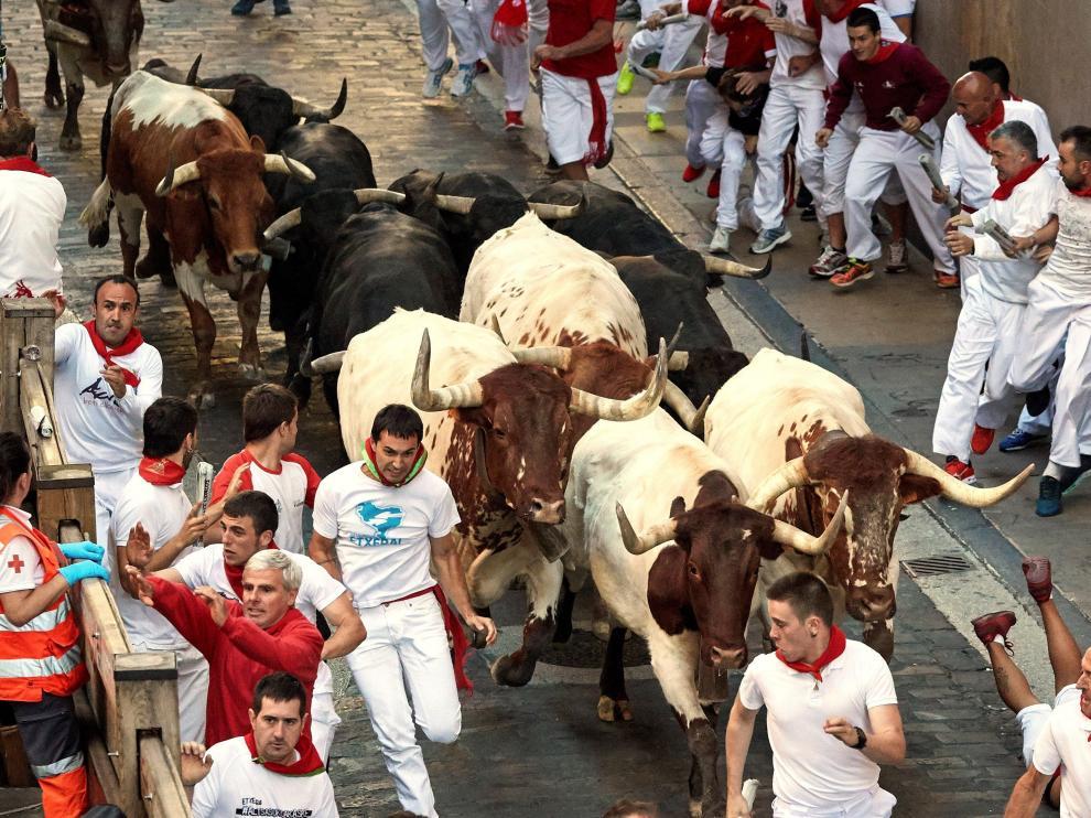 Los peligrosos 'Jandilla' protagonizan con golpes pero sin cornadas el cuarto encierro de San Fermín .