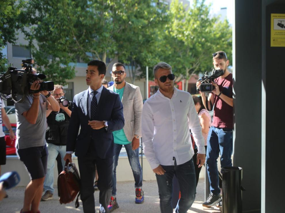 Samu, a su llegada al Palacio de Justicia con el abogado Juan Gonzalo Ospina y Charly.
