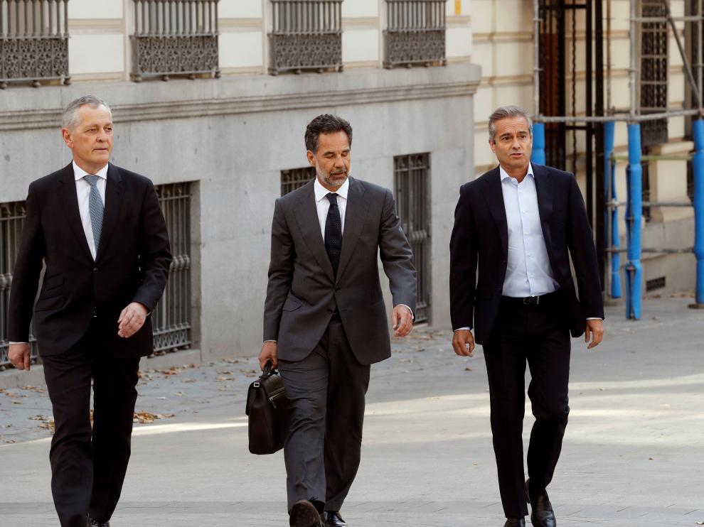 Ángel Cano (d) y Ricardo Gómez Barredo, acompañados del abogado José Bonilla.