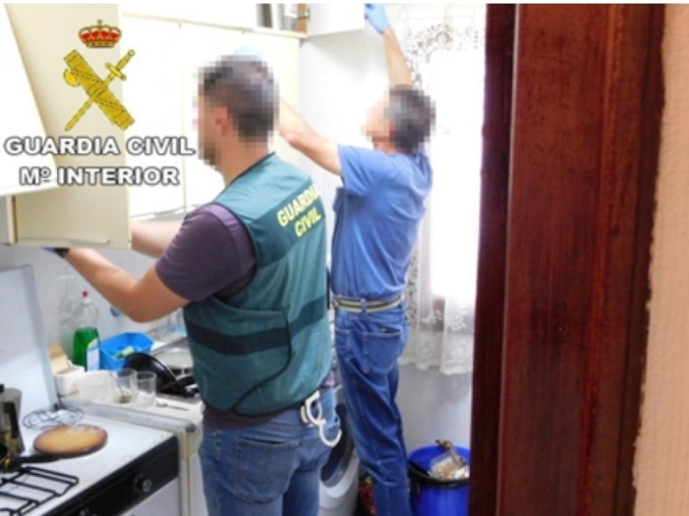 Dos agentes de la Guardia Civil de Teruel, durante el registro de una de las viviendas.