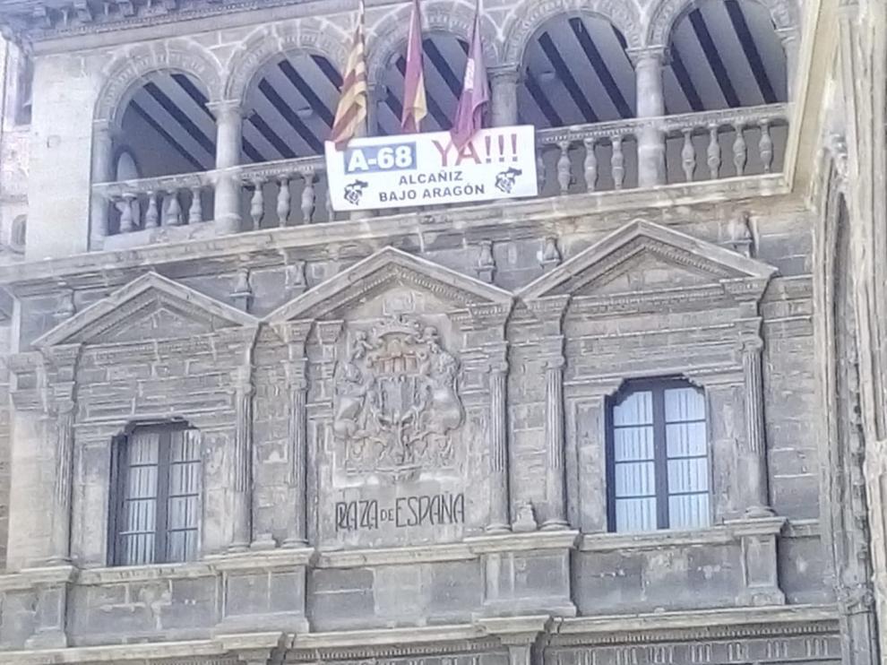 Fachada del Ayuntamiento de Alcañiz tras haber aprobado por unanimidad la adhesión al manifiesto de Teruel Existe Bajo Aragón.