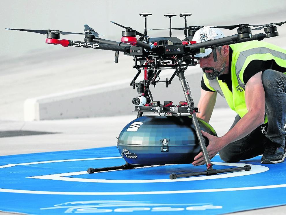 Un dron, preparado para salir de la planta de Sesé en Abrera a la de Seat en Martorell.