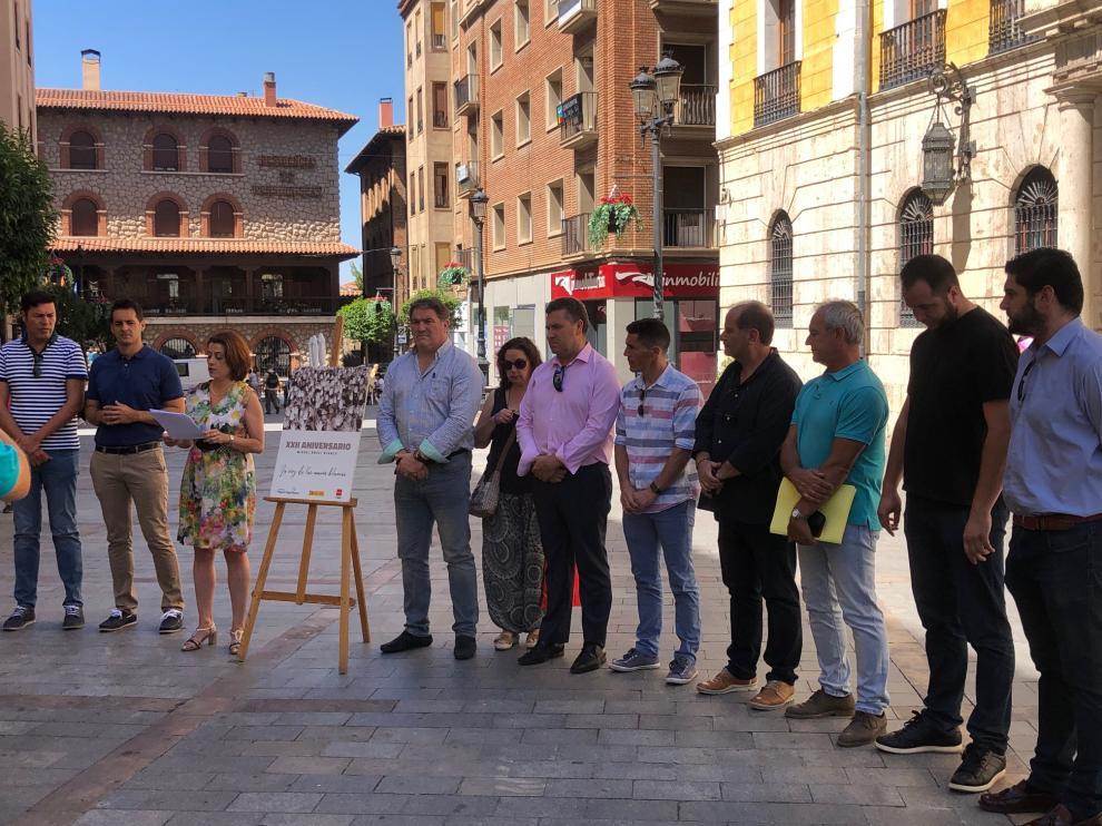 Concentración del Ayuntamiento de Teruel y lectura del manifiesto en memoria de Miguel Ángel Blanco.