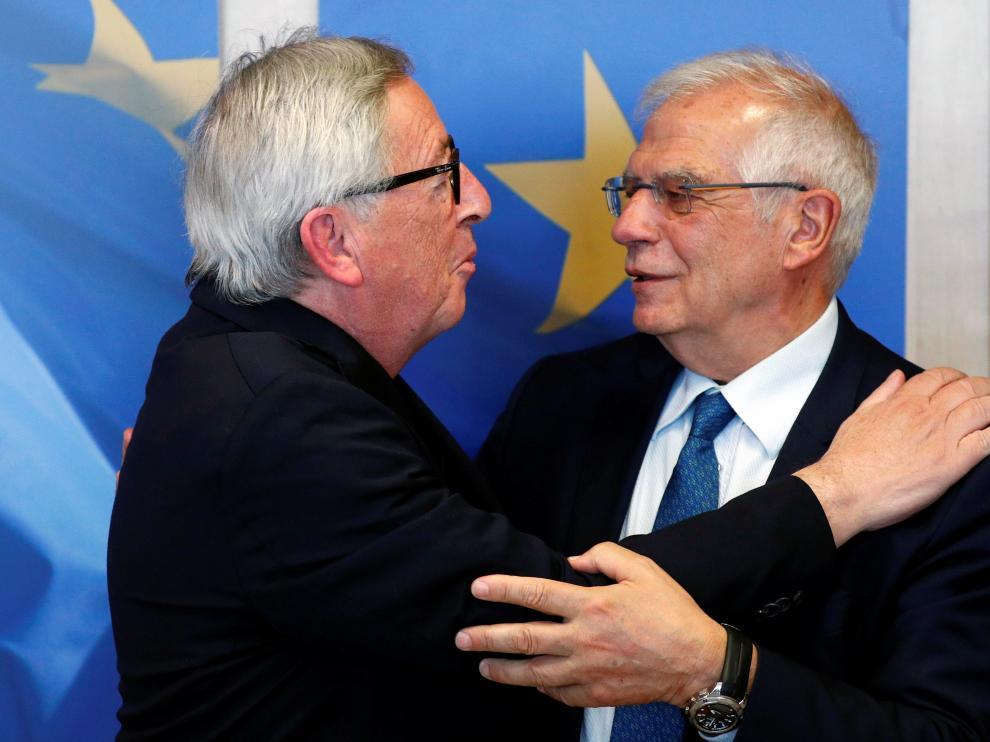 Josep Borrell junto al presidente de la Comisión Europea Jean-Claude Juncker.