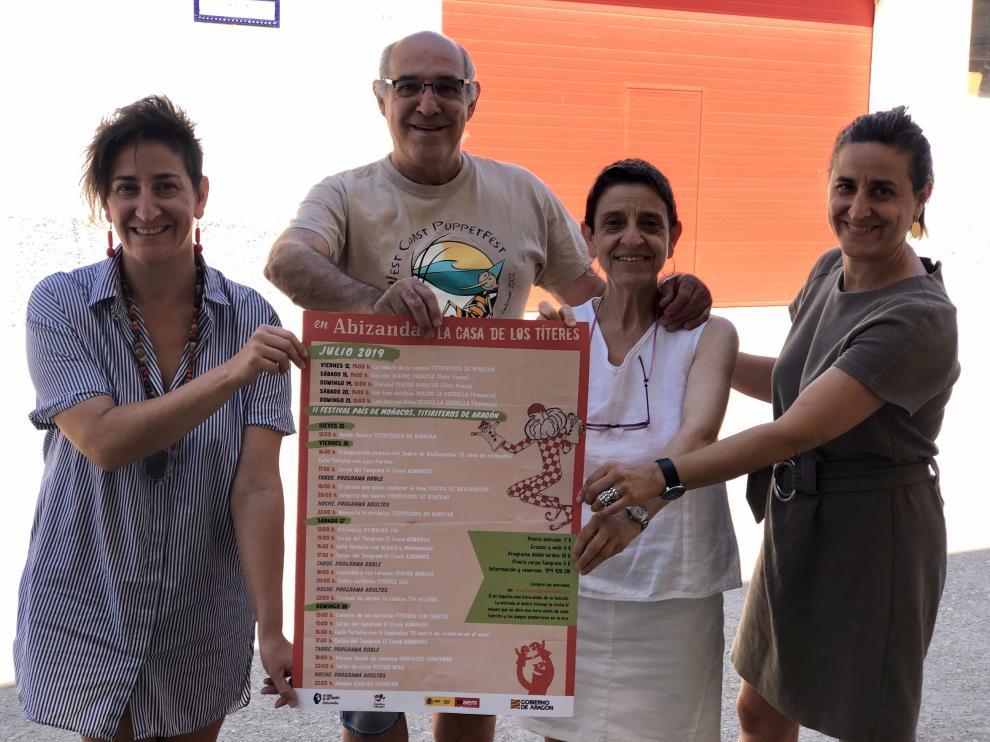 Los Titiriteros de Binéfar con el cartel de la programación de julio.