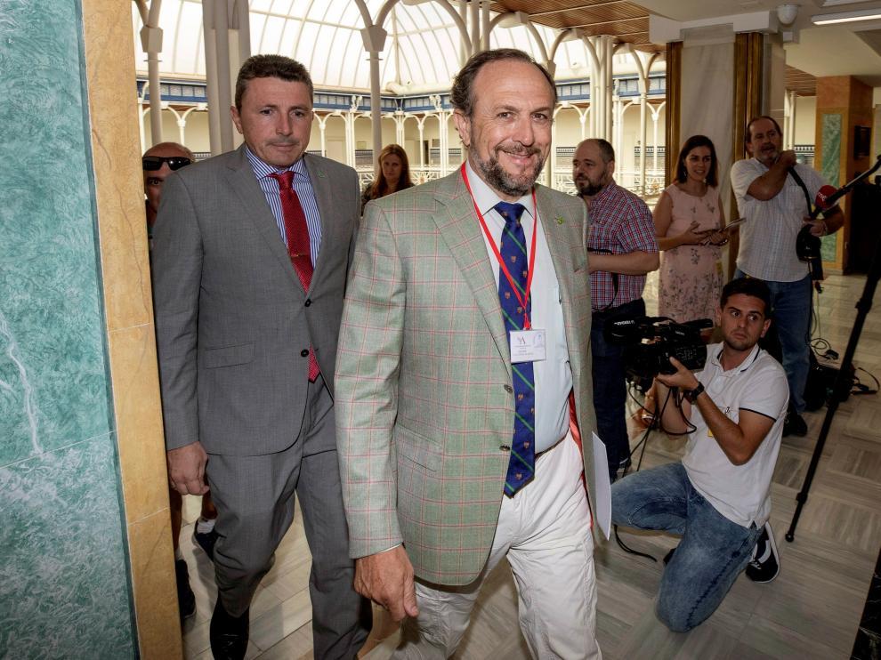 Los negociadores de Vox, Luis Gestoso y Pascual Salvador, a su llegada a la reunión en la Asamblea de Murcia.