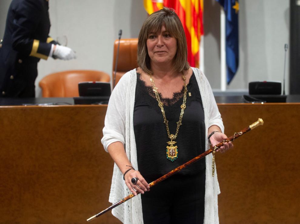 Núria Marín sostiene la vara de mando durante el acto de constitución de la Diputación de Barcelona.