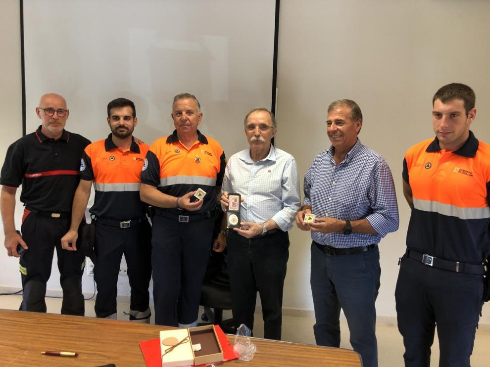 Protección Civil de Somontano entrega un recuerdo a Jaime Facerías, presidente de la Comarca, y Antonio Cosculluela, ex alcalde de Barbastro.