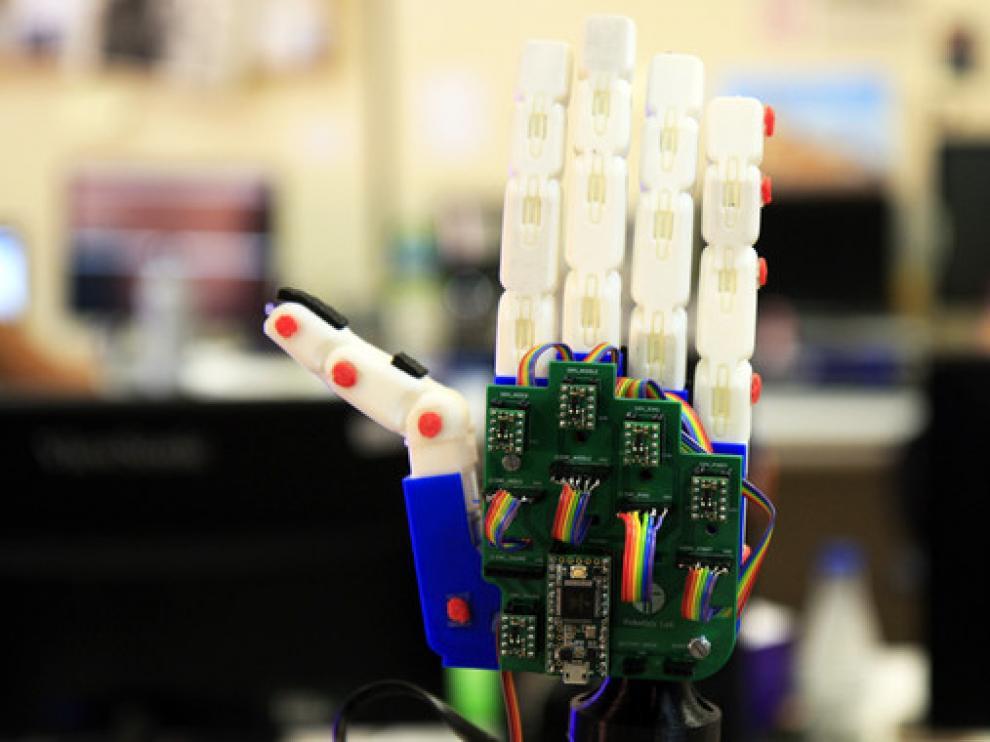 La mano robótica de Teo hace movimientos similares a los que podría realizar una mano humana