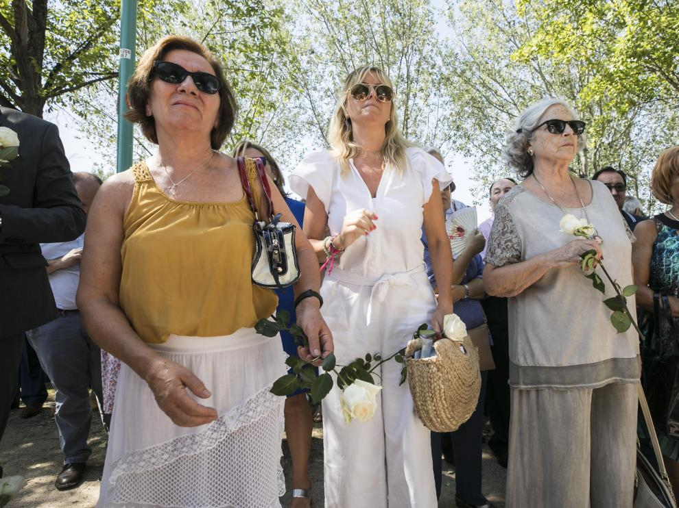 Ana Hinojosa (izquierda) antes de colocar la rosa que honra a los fallecidos del Corona.