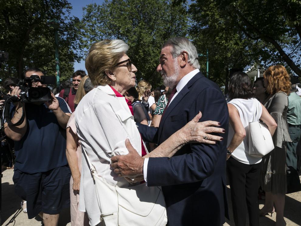 María del Mar Godoy recibe las condolencias de Jaime Mayor Oreja durante el acto.