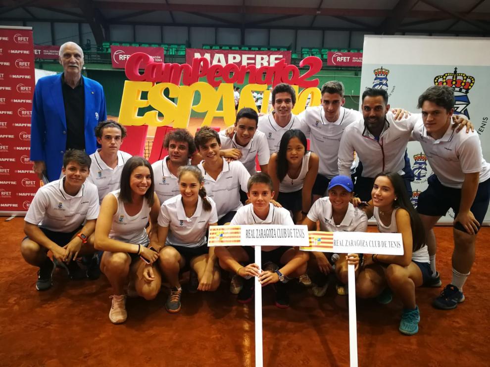 Los equipos masculino y femenino del Real Zaragoza Club de Tenis.