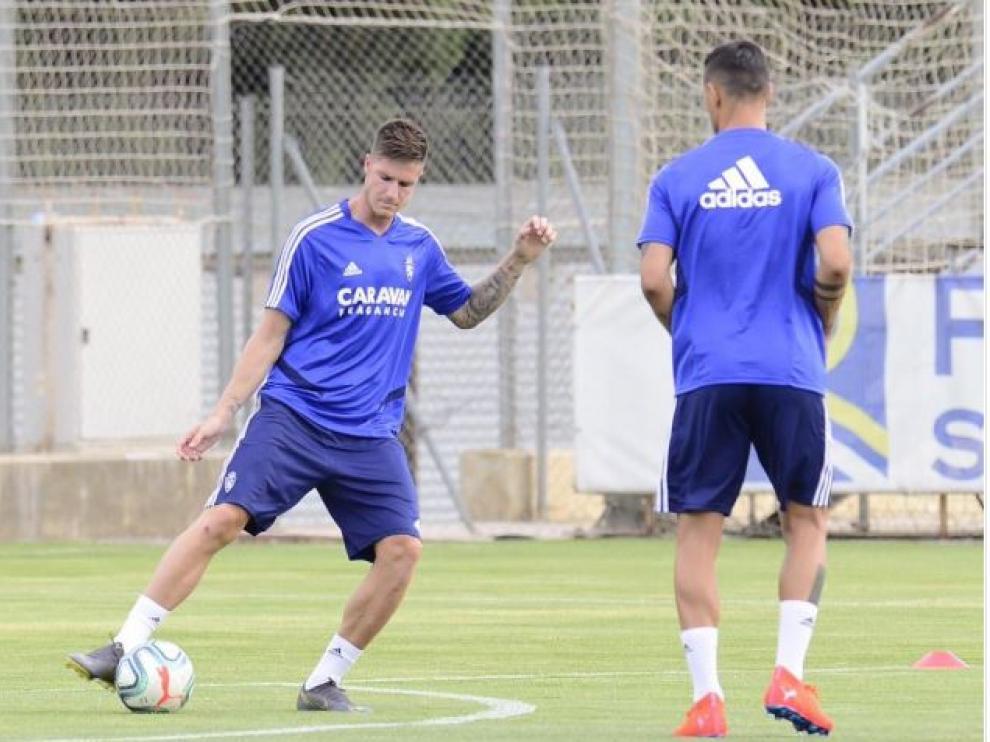 Carlos Vigaray controla el balón nada más incorporarse, sobre la marcha, al entrenamiento de la tarde de este viernes, una vez firmado su contrato con el Real Zaragoza tras ser fichado del Alavés.