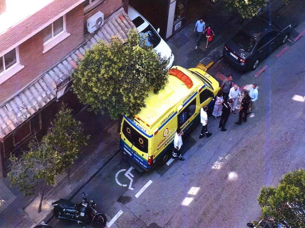 Esta foto fue aportada a la causa para demostrar que había sitio en la calle para aparcar mejor la ambulancia y no bloquear la salida del garaje.