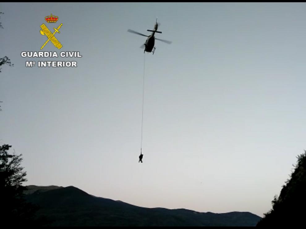Imagen del rescate en helicóptero del montañero.