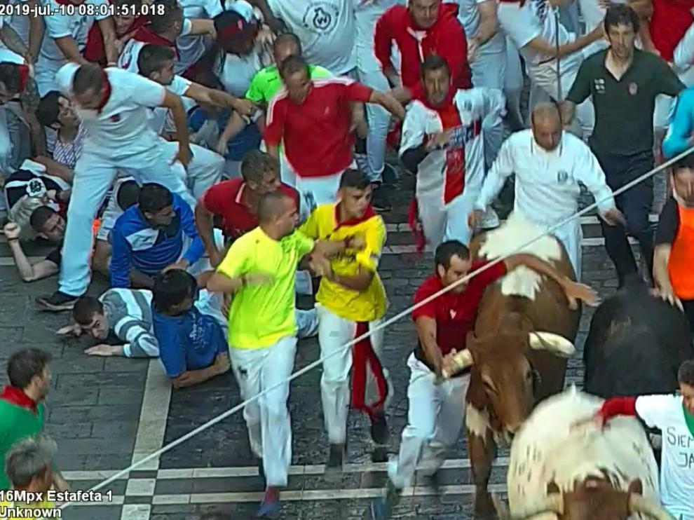 Multado con 4.000 euros un corredor 'reincidente' en San Fermín por agarrarse a los toros en los encierros