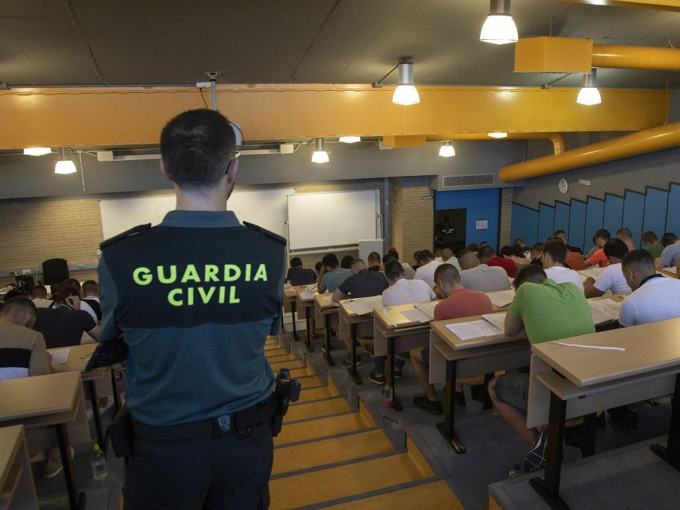 Un guardia civil supervisando una de las pruebas en Calatayud, con 1.500 aspirantes.