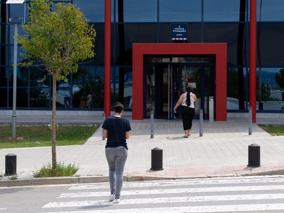 Comisaría de los Mossos d'Esquadra en Manresa, donde permanecen detenidos los agresores.