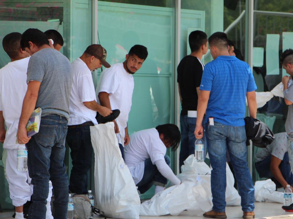 Migrantes deportados por Estados Unidos en la frontera con México.