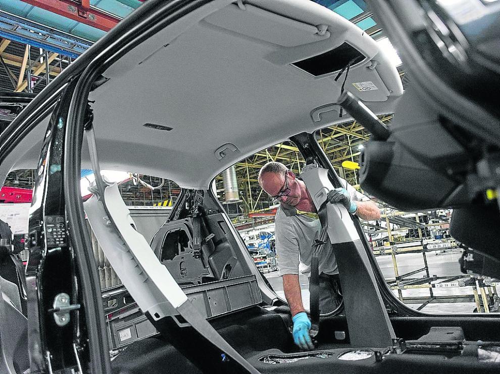 Un trabajador, en la cadena de producción de la planta de Figueruelas.