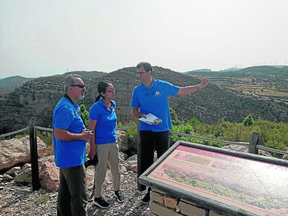 El paleontólogo Luis Mampel explica a los técnicos de la Unesco el valor geológico del Maestrazgo.