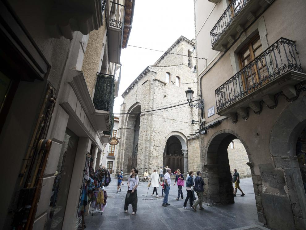 La cuarta economía municipal de Aragón tiene un censo de casi 13.000 habitantes y mantiene servicios para 50.000, dado el número de sus pobladores ocasionales durante casi todo el año.
