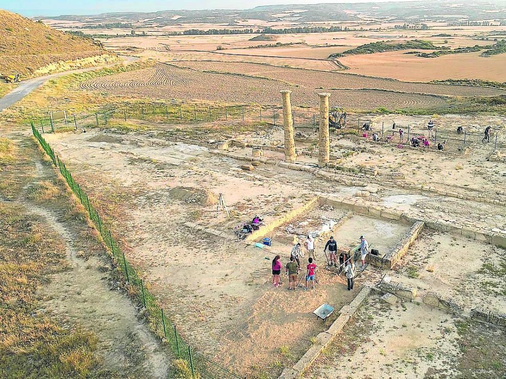Panorámica de la zona de excavación, con los distintos participantes en la obra trabajando para descubrir nuevos yacimientos de la Antigua Roma.