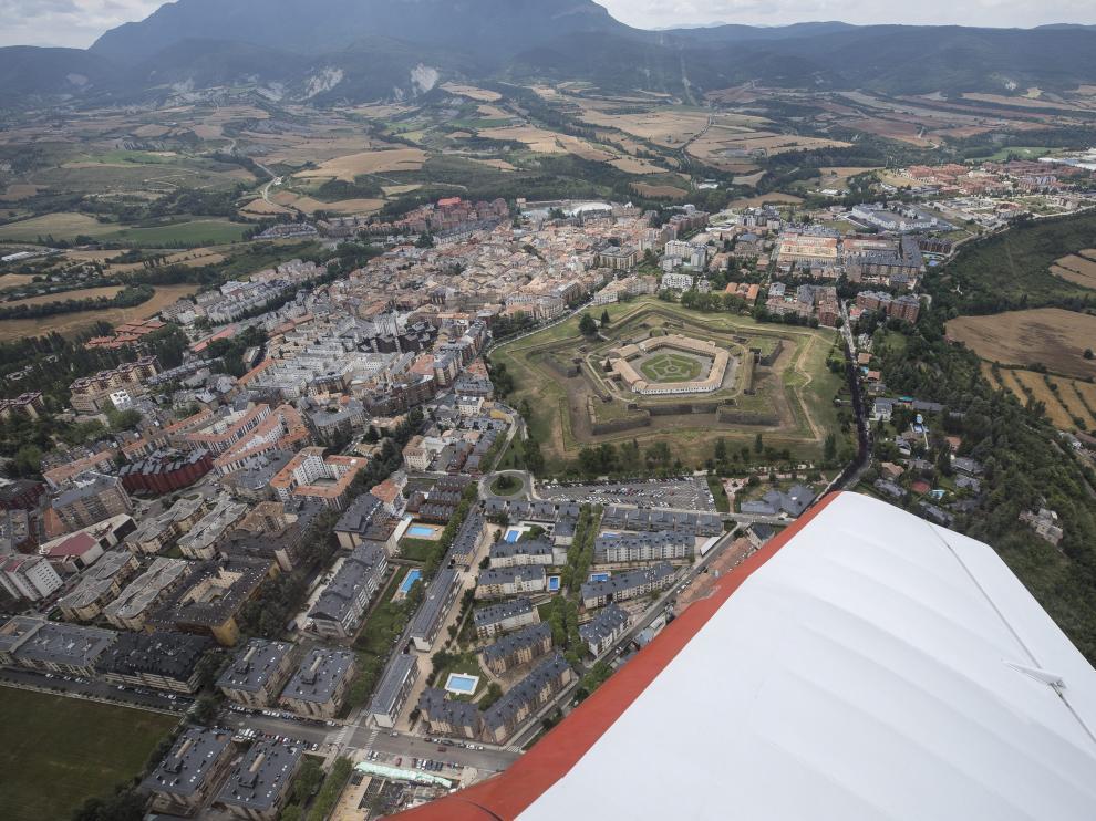 Vista aérea de Jaca, con la Ciudadela en el centro, junto al ala de la avioneta pilotada por Luis Ferreira.