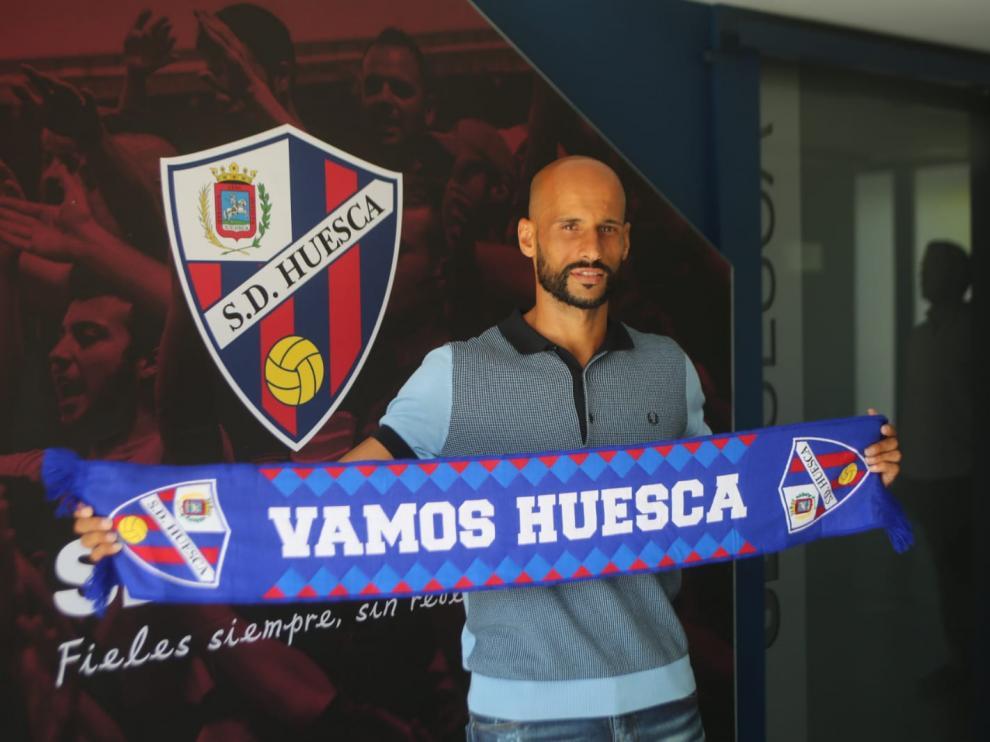 Mikel Rico posa con la bufanda de la SD Huesca después de su presentación oficial.