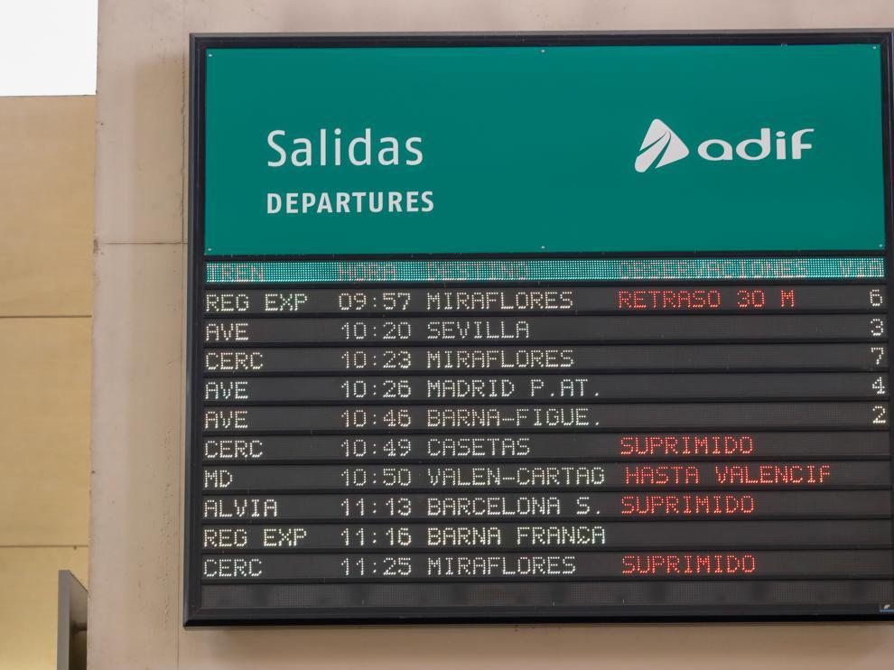 Primera jornada de la huelga de Renfe en la Estación Delicias de Zaragoza, donde se han cancelado cuatro trenes y al menos dos van con retraso.